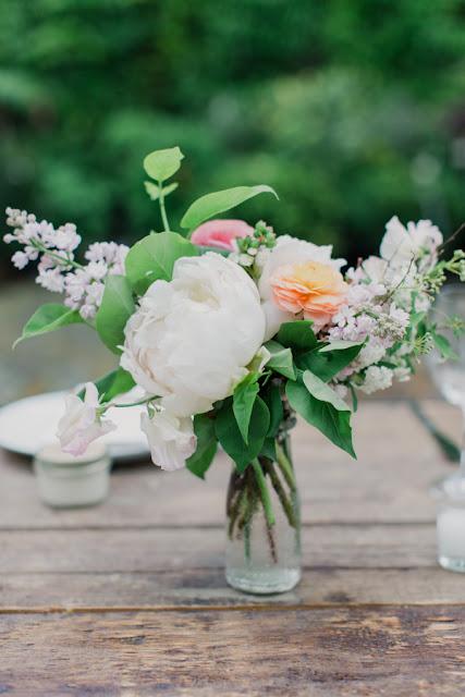 Dekoracje stołów weselnych z piwonii, dekoracje ślubne z piwonii, dekoracje weselne z piwonii, dekoracje z piwonii na ślub i wesele, kwiaty na ślub latem, kwiaty na ślub piwonie, piwonie na ślub i wesele