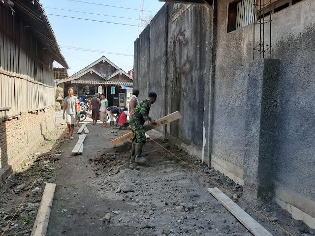 Perbaiki Infrastruktur Desa, Babinsa Jragung Gotong Royong Laksanakan Pengecoran Jalan