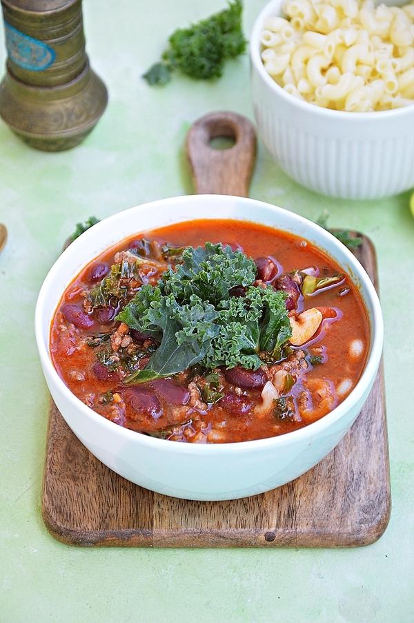 Zupa pomidorowa z makaronem, mięsem mielonym, jarmużem i czerwoną fasolą