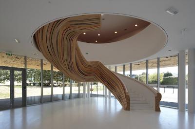 Elegante escalera de madera