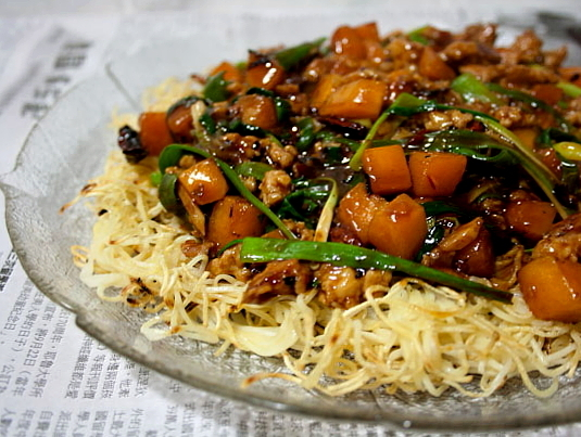 3 hungry tummies: Crispy Egg Noodles With Spicy Pork And