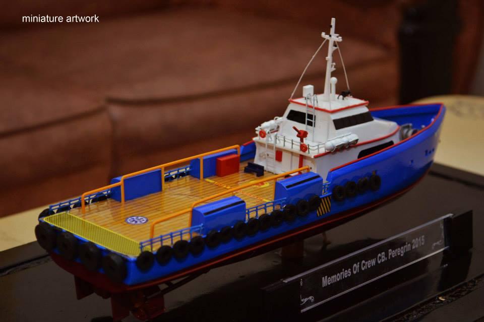 pengrajin miniatur kapal crew boat cb peregrin milik pt baruna raya logistics berpengalaman