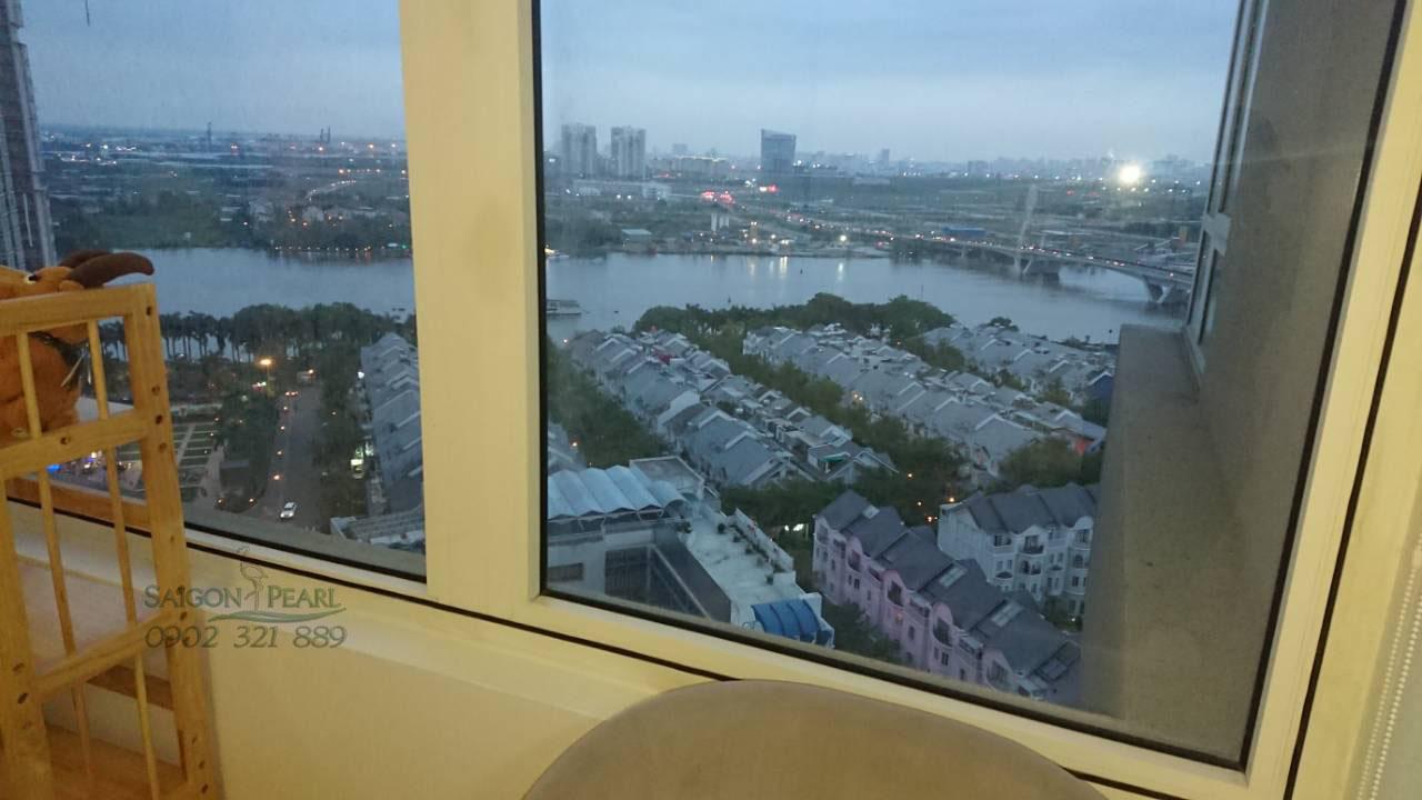 View khu biệt thự và sông Sài Gòn nhìn từ căn hộ Saigon Pearl cho thuê.