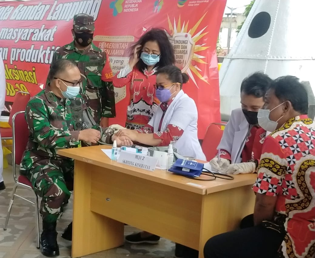 Plh. Kasdim 0410/KBL Mayor Inf Andri Kusuma mengikuti kegiatan vaksinasi sinovac tahap pertama bertempat di halaman gedung pelayanan satu atap Pemerintah Daerah Kota Bandar Lampung