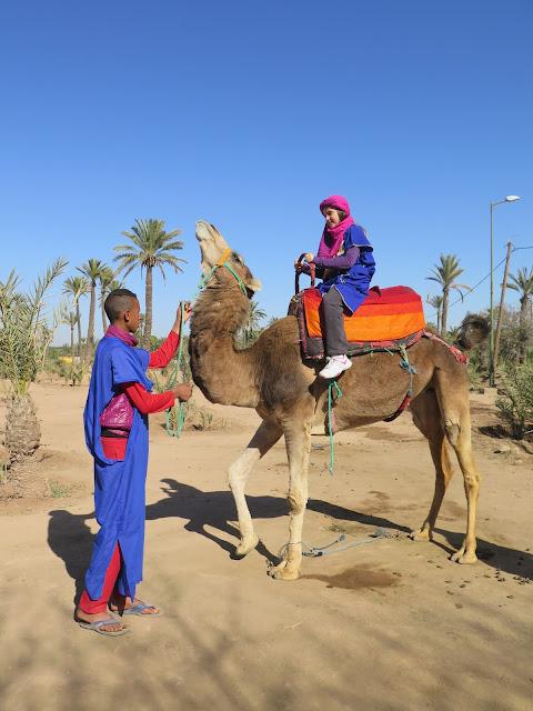 Macarena montando en camello en el Palmeral de Marrakech