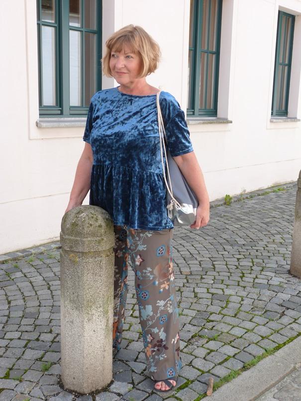 pannesamt-und-blumenprint-hose-für-den-sommer-in-der-stadt
