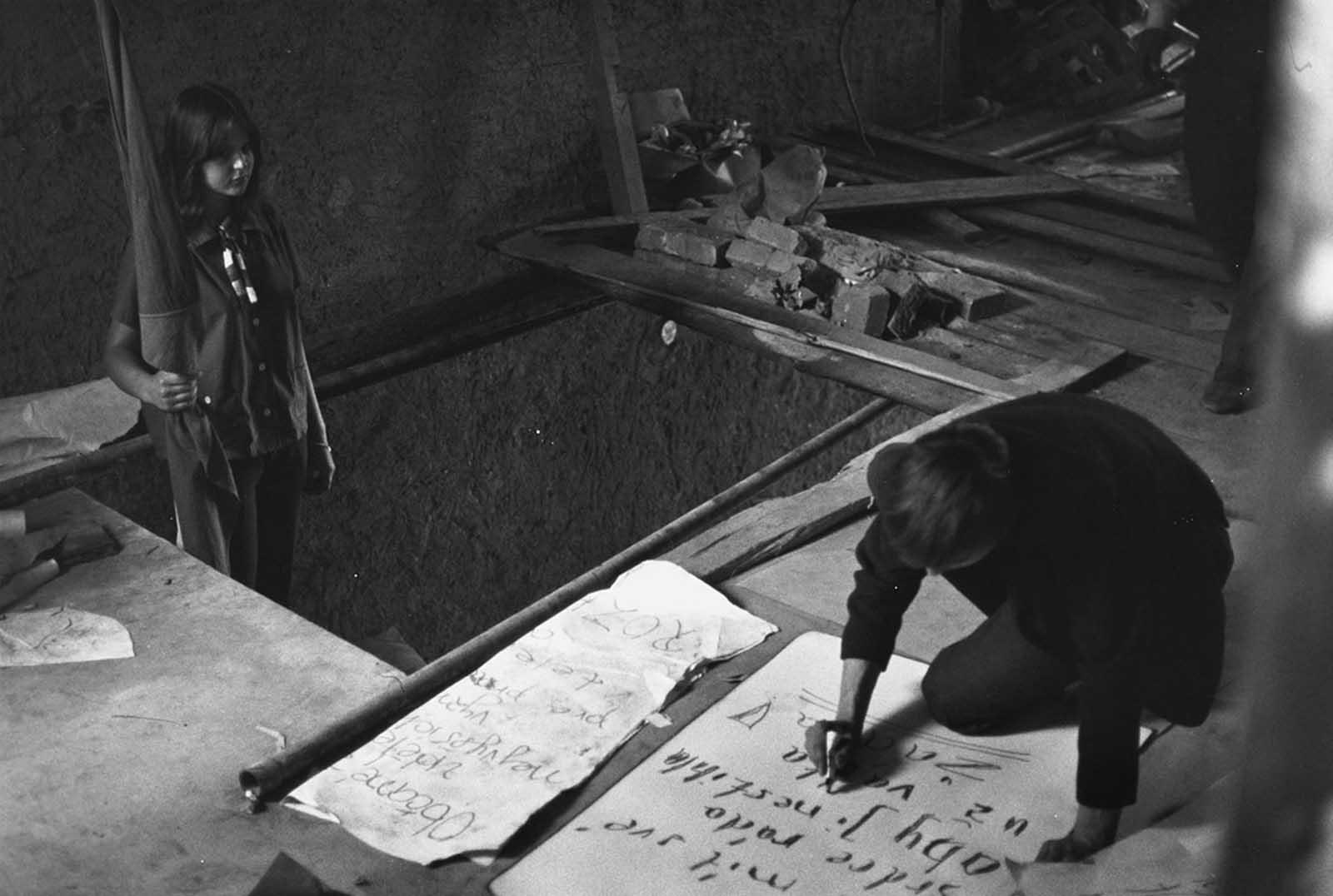 Los estudiantes del movimiento clandestino fabrican carteles antirrusos el 3 de septiembre de 1968 en Praga.