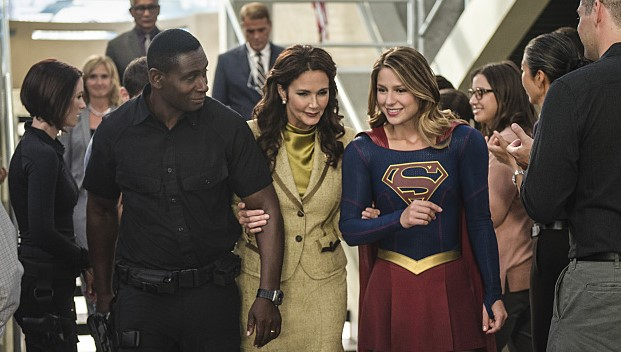 J'onn J'onzz Supergirl Melissa Benoist David Harenwood Presidenta President Olivia Marsdin Lynda Carter Wonder Woman Welcome to Earth
