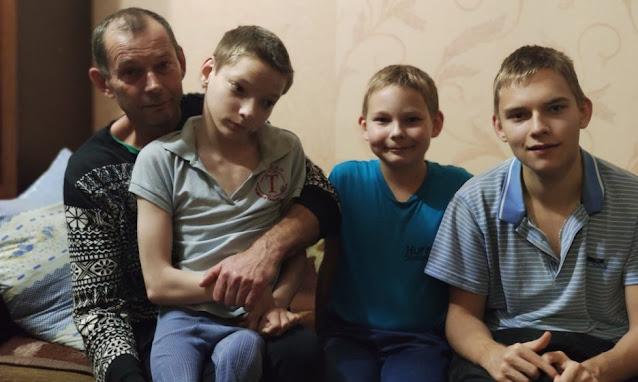 Многодетный вдовец один воспитывает троих сыновей! У двух мальчиков — детский церебральный паралич!
