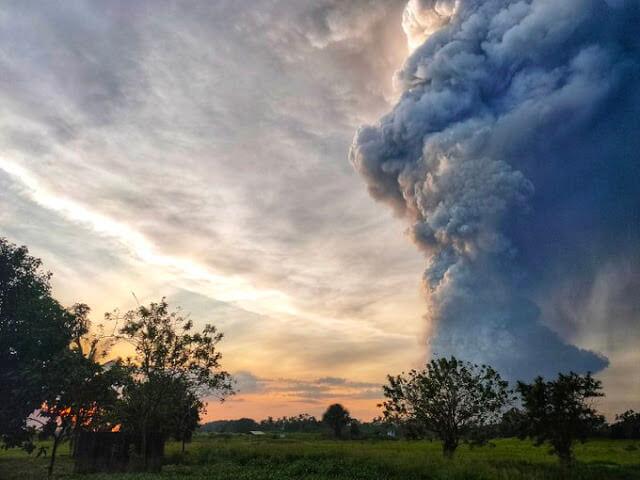 """شاهد..بالصوت والصورة لحظة انفجار بركان """"تال"""" في الفلبين (فيديو)"""