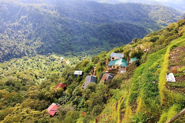 Pueblo en el monte Kyaiktiyo - Myanmar