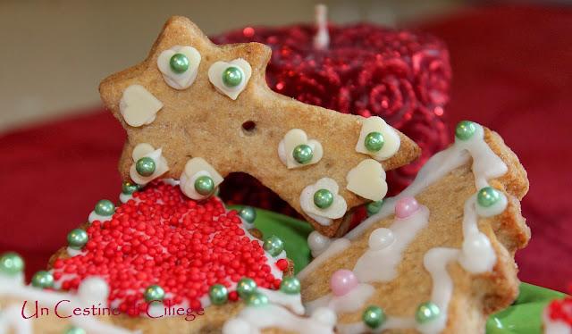 Biscotti Per Addobbare L Albero Di Natale.Un Cestino Di Ciliege Biscotti Per Decorare L Albero Di Natale