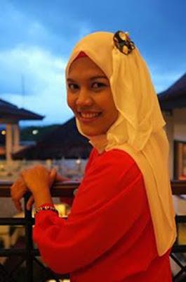 Biografi Nur Annisa Rahmawati – Pemilik Butik Online Annisa, Menembus Dunia Dengan Internet     Gempa Yogya tahun 2006 telah memporakporandakan ekonomi banyak keluarga Yogya. Ada oran yang depresi karena kehilangan pekerjaannya, rumahnya rusak dan adapula yang malah bersemangat membangun hidupnya. Untunglah Nur Annisa Rahmawati adalah termasuk golongan yang semakin bersemangat membangun hidupnya. Annisa (begitu ia biasa disapa) adalah alumni dari Universitas Islam Indonesia Yogyakarta di Fakultas Teknik, sangat prihatin melihat para ibu rumah tangga di sekitarnya yang tak memiliki kepercayaan diri dan tak bisa berbuat banyak selain hanya mengurus anak dan memasak di rumahnya. Annisa berfikir, sebenarnya mereka memiliki daya jika diberi semangat dan kesempatan.  Memulai Usaha   Akhirnya, bermodal kemampuannya dalam merancang busana muslim, Annisa memberanikan diri membuka butik busana muslim. Annisa kemudian mempekerjakan dua tetangganya yang bertugas menjahit dan memayet. Annisa kemudiann memproduksi berbagai busana muslim serta berbagai aksesoris jilbab. Konsep busana muslim Annisa yang chic, elegan dan tetap syar'i ini membntu para muslimah tetap menutup aurat namun masih bisa tampil modis.  Merintis uasaha memang tak mudah. Annisa menyadari, dalam bisnis butuh keuletan, ketangguhan dan kesabaran serta intuisi yang tajam. Dukungan dari keluarga pun membuatnya semakin gigih. Berbagai teknik pemasaran