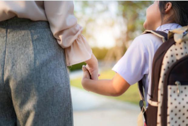 Mengapa Kita Diwajibkan Untuk Menghormati Orang Tua dan Guru