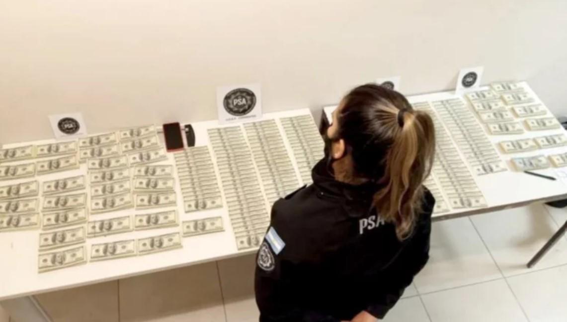 Una mujer intentó viajar en el aeropuerto de Corrientes con una valija con 430 mil dólares