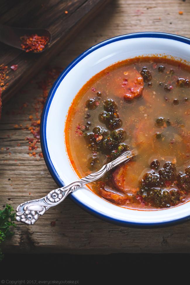 zupa z kiełbasą chorizo i jarmużem - rozgrzewająca portugalska caldo verde