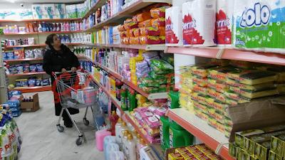 Marketlerde kullanılan güvenli ve kullanışlı market rafları
