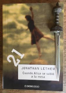 Portada del libro Cuando Alice se subió a la mesa, de Jonathan Lethem