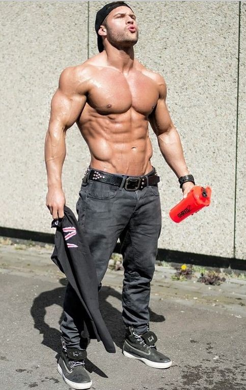 ripped-bodied-dude-outside-sunny