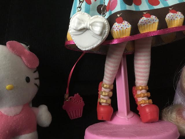 detalhe da bolsinha de boneca, sapatos e pullring