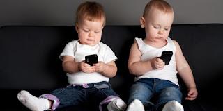 contoh teks diskusi handphone dan anak