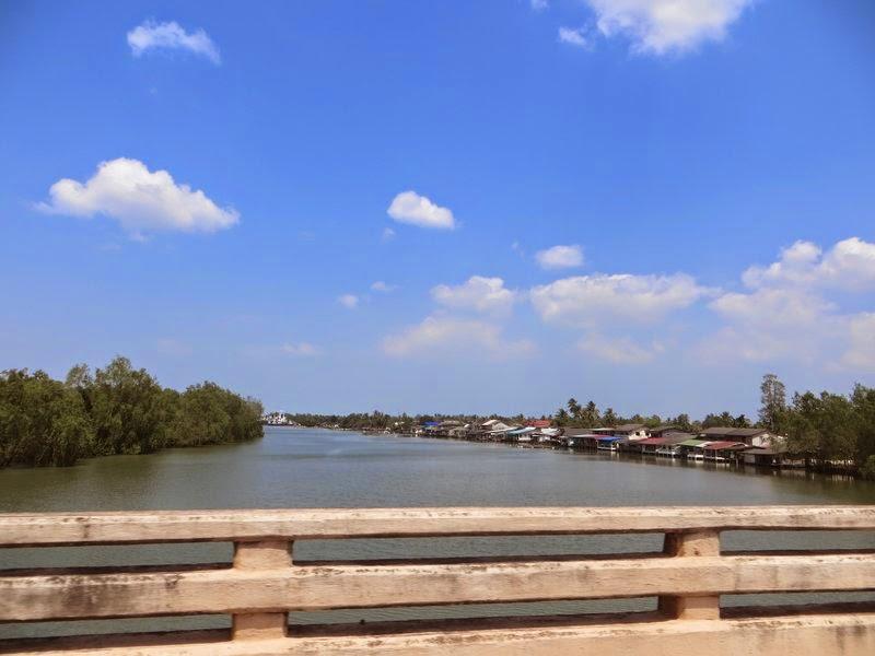 Мост через Реку Сураттани