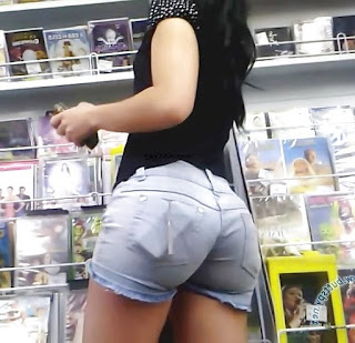 Linda chica shorts apretados nalgas redondas