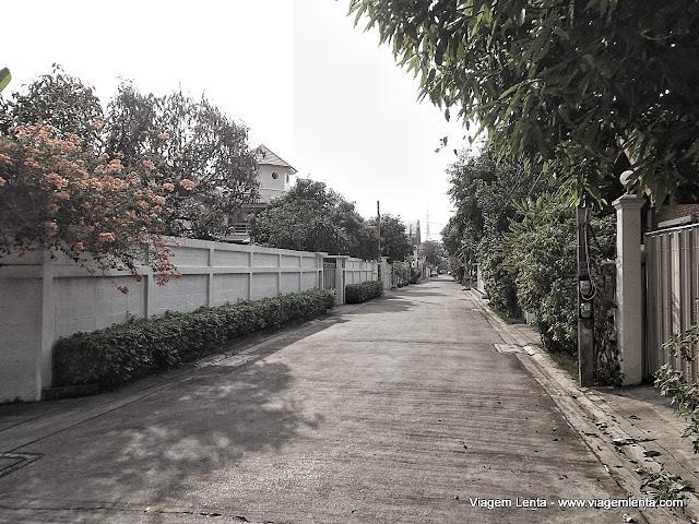 Calma na vizinhança ao norte da cidade de Bangkok