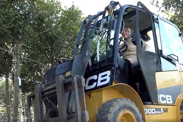 Ağaç ve Peyzaj A.Ş'de görev yapan 4 çocuk annesi Nimet Kurt, İBB'nin ilk kadın forklift operatörü