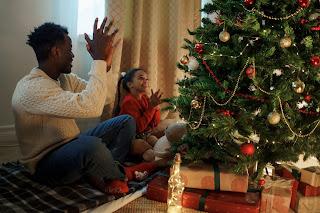 Pai e filha comemorando o Natal