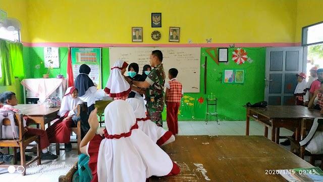 TNI Dampingi Puskesmas Berikan Imunisasi Difteri dan Tetanus bagi Pelajar