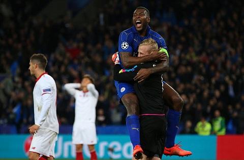 Trung vệ Morgan và đồng đội vui mừng khi giành quyền vào tứ kết