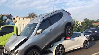 Inilah penampakan kecelakaan Xtrail yang terangkat diseruduk VW.