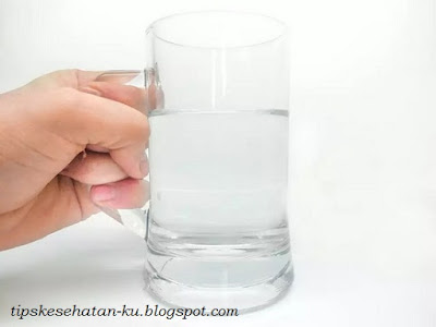 Drink plenty of water before and after sleep can also prevent sore throat.