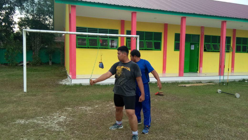 Atlet lempar lembing sedang latihan kekuatan tangan dalam persiapan Porwilsu.