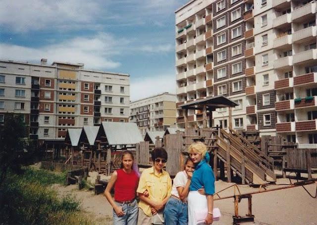 Июль 1991 года. Рига. Золитуде. Во дворе возле детской площадки