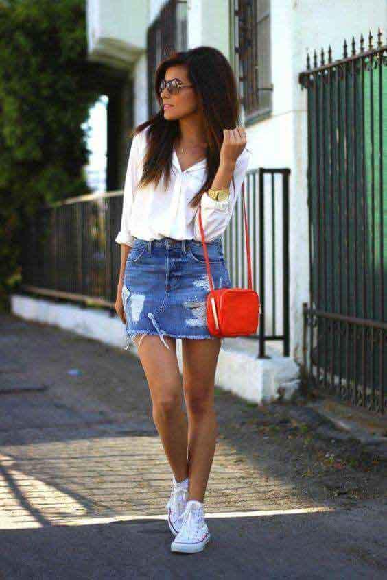 Saia jeans, camisa branca, all star branco cano médio e bolsa vermelha pequena