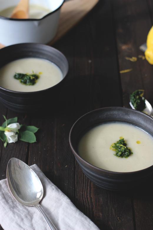 vegane Kohlrabi-Kokossuppe mit Petersilien-Zitronen-Gemolata.