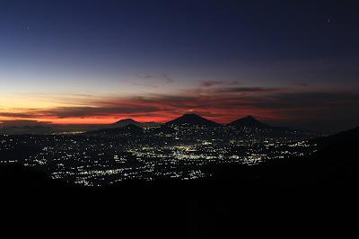 keindahan alam dari puncak gunung Prau, Dieng, Jawa Tengah