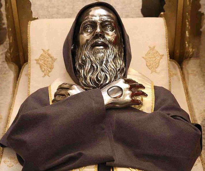Urna com as relíquias de São José de Cupertino na Basílica a ele dedicada em Osimo, Itália