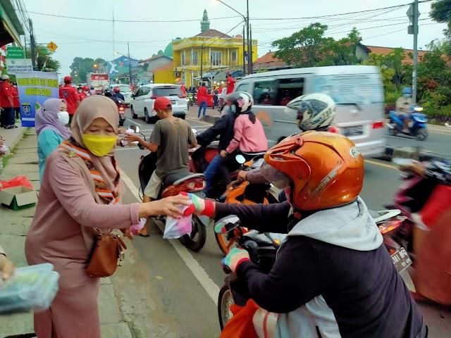 Kwarran Pramuka Bojongsari Bagikan 200 Paket Takjil
