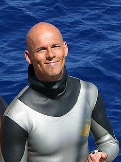 Tek nefeste su altında uzun süre kalma rekoru kime aittir?