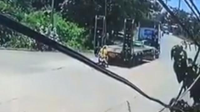 Detik-detik Pemotor Digilas Truk Saat Gagal Nanjak, Bikin Merinding!
