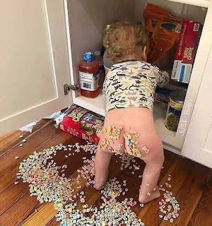 Niño juega en despensa y tira comida al suelo y se mancha culo