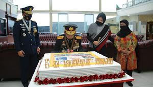 Kue Raksasa Dari Panglima TNI berikan Kejutan Kepada Kapolri di HUT Polri ke-74