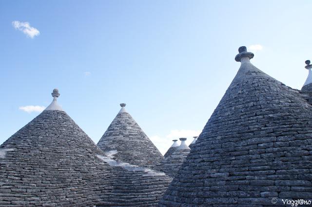 Vista panoramica sui tetti dei trulli da una terrazza
