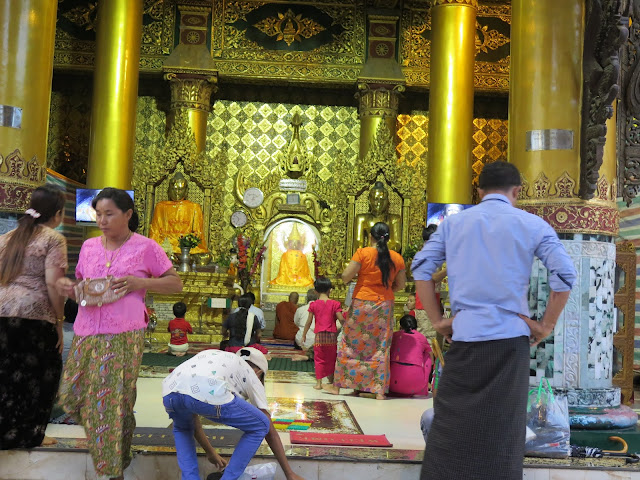 Mujeres y hombres de Birmania vistiendo su típico atuendo