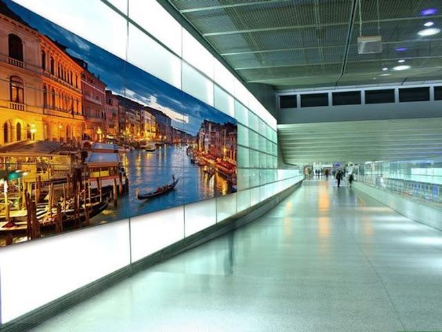 Màn hình quảng cáo tại sân bay