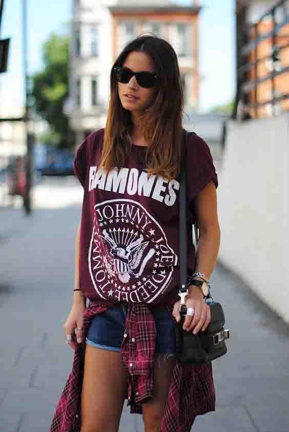 Short jeans, camiseta de banda e camisa xadrez