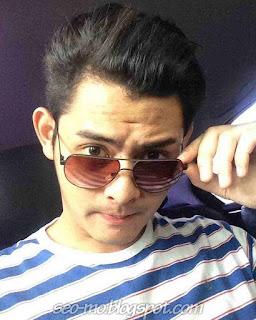 Foto Selfie Miqdad Addausy Pakai kacamata Didalam mobil
